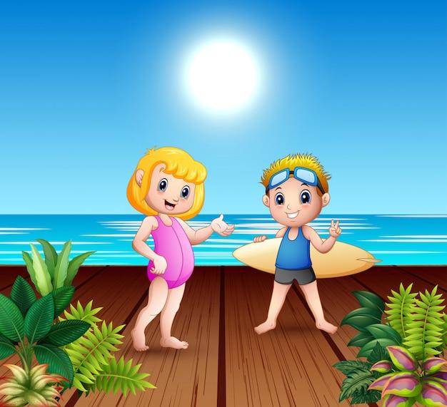海の港でサーフボードを抱えて男の子と女の子のカップル