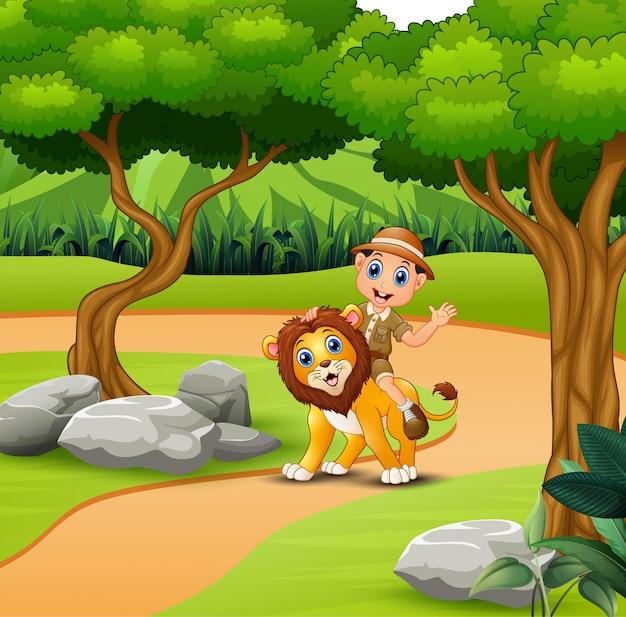ジャングルの中を歩くライオンと動物園の人