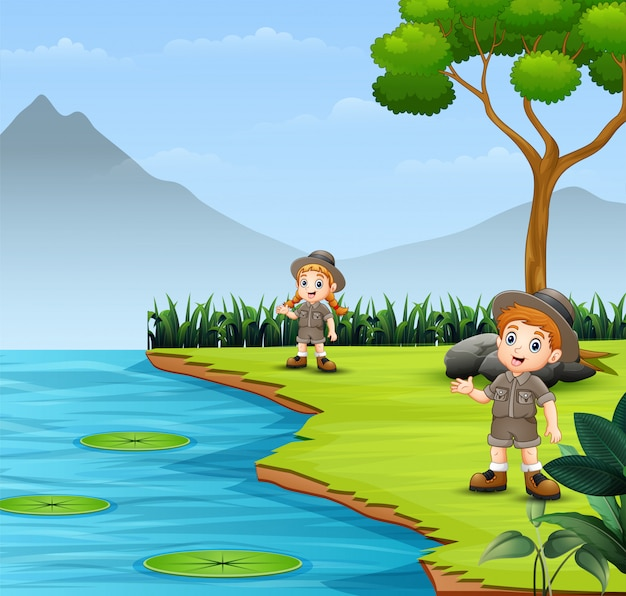 スカウトの子供たちが話していると自然の風景の中を探索
