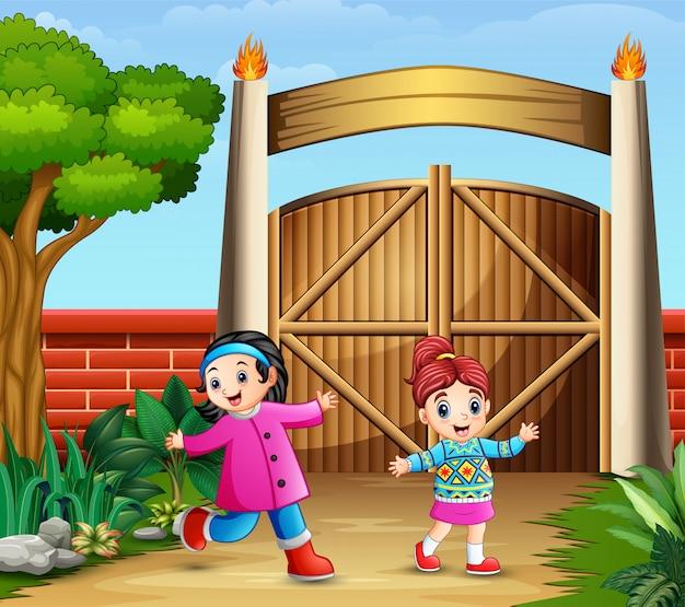 門の中で遊ぶ若い女の子