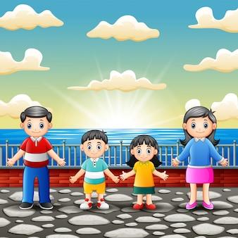幸せな家族が港に立っています。