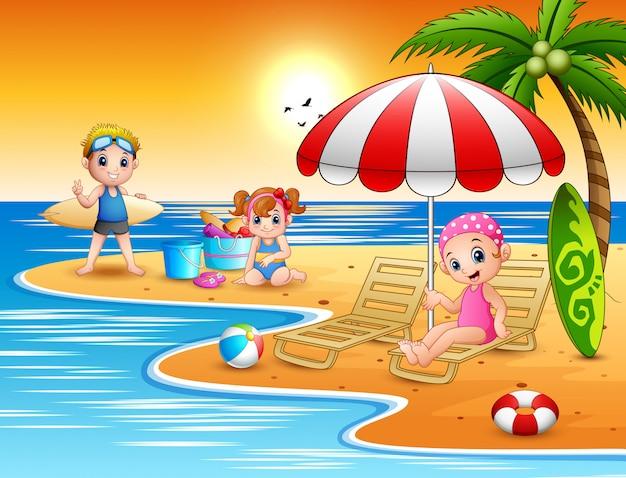 ビーチで夏休みの子供たち