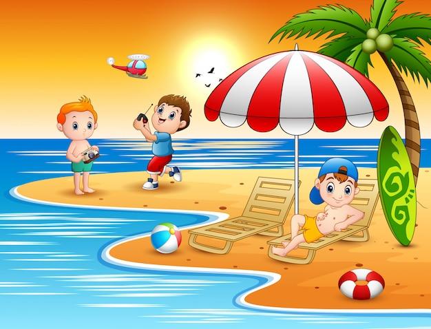 Счастливые мальчики играют на пляже
