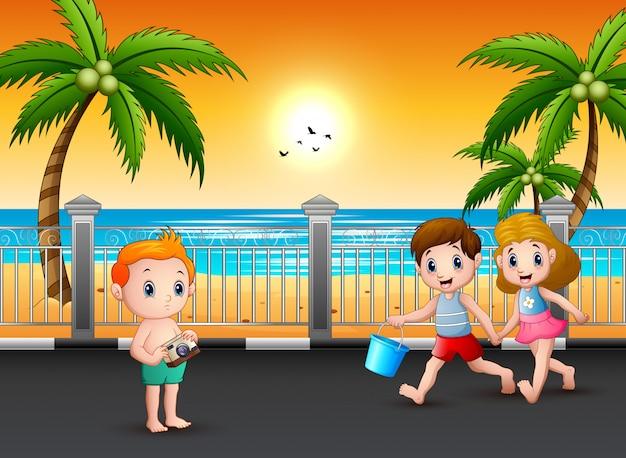 Дети идут по улице на пляж