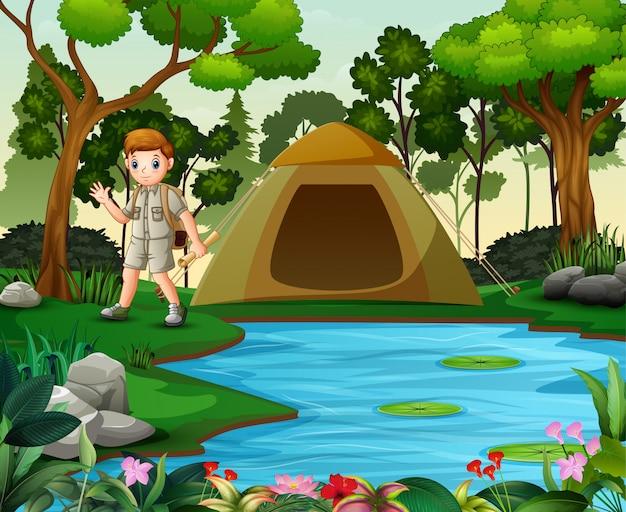 自然背景でキャンプスカウト少年