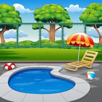 Открытый небольшой бассейн с шезлонгами и игрушками