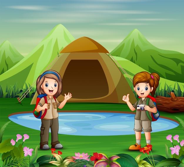 キャンプ場の探検家の女の子