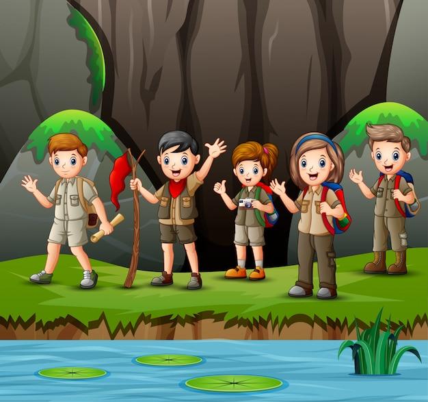 自然の中で若いスカウトの女の子と男の子のグループ