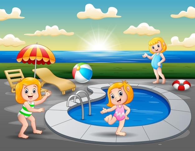 ビーチの屋外スイミングプールで遊んでいる子供たち