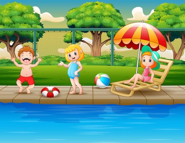 屋外スイミングプールで遊んで幸せな子供