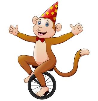 Цирковая обезьяна мультяшный едет на моноцикле с улыбкой