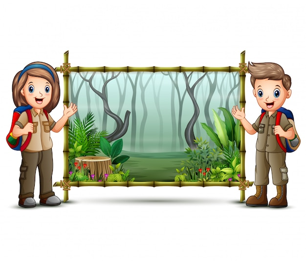 スカウトの男の子と女の子の緑の竹フレームの近く