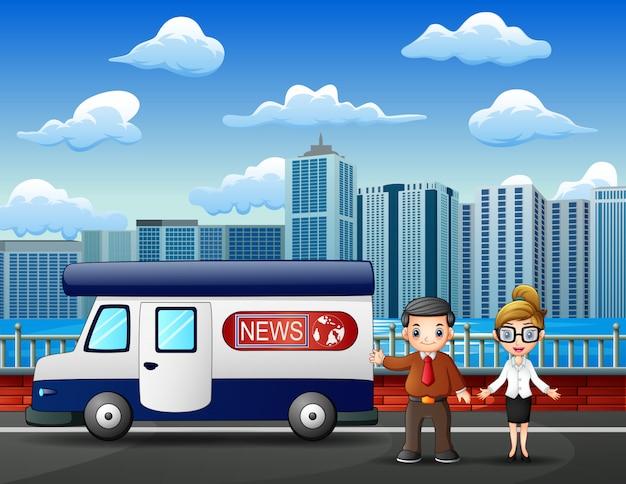 路上で若い男と女のニュースレポーター