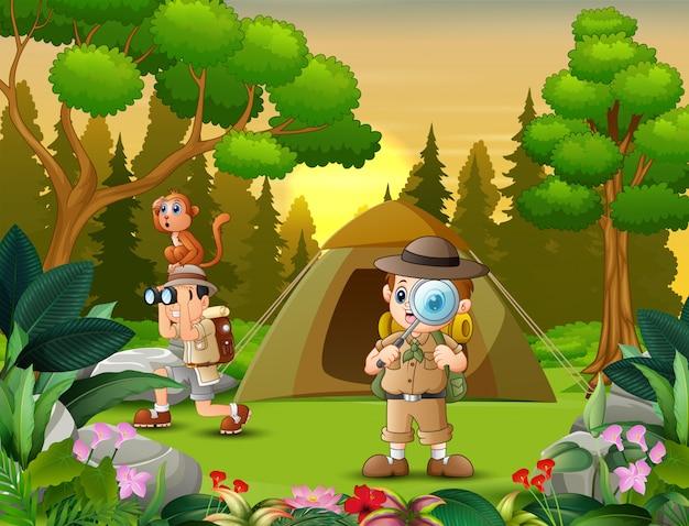 自然の中でキャンプする探検家の少年たち