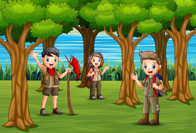 スカウトのグループが森を探索しています
