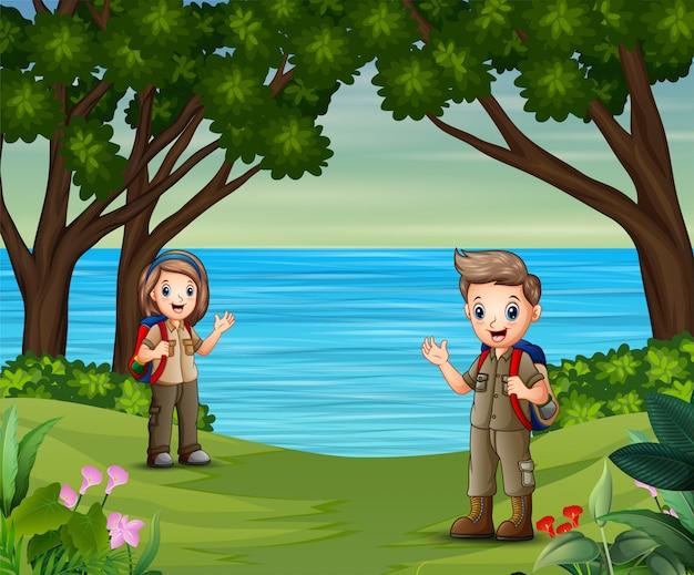 漫画の男の子と女の子、自然にエクスプローラーの衣装で