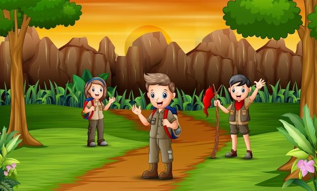 キャンプ場への道にいるスカウトのグループ