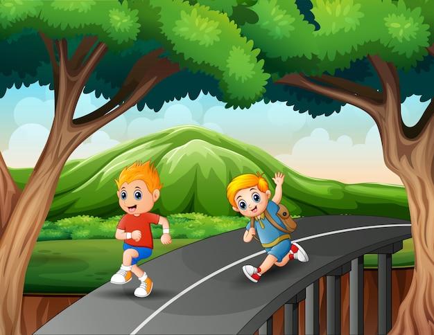 Маленькие мальчики бегут по дороге