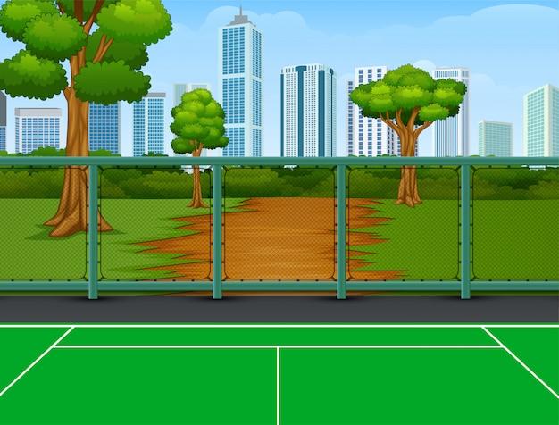 都市の背景を持つ公園のテニスコート