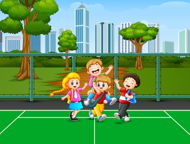 Счастливые дети играют на площадке