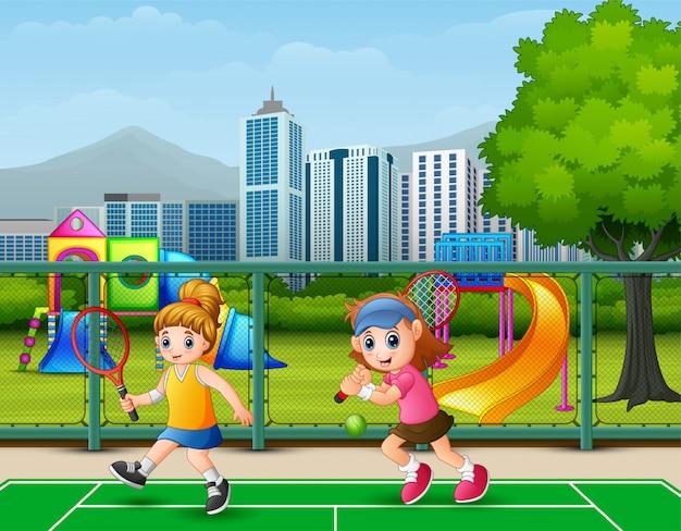 Красивые девушки играют в теннис на корте