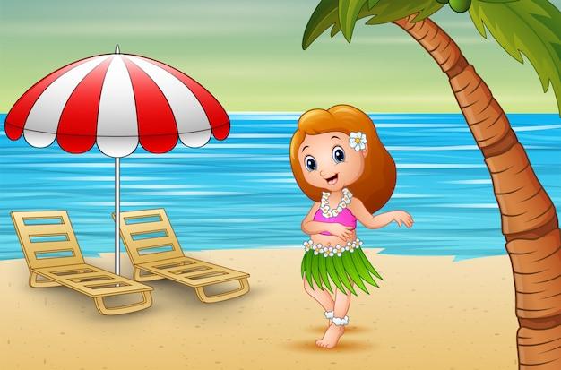 Красивая гавайская девушка танцует на побережье