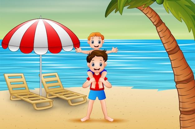 Отец играет со своим сыном на пляже