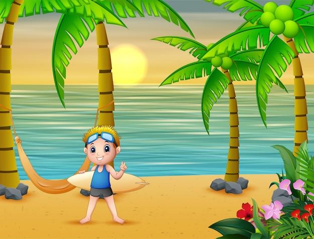 幸せな少年はビーチでサーフィンをプレイ