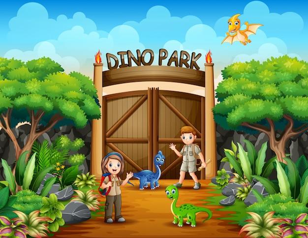 Исследователь мальчик и девочка в парке дино