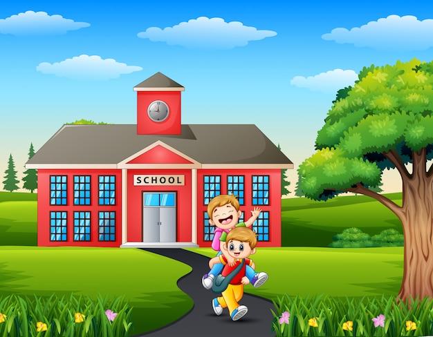 Счастливые маленькие дети идут в школу