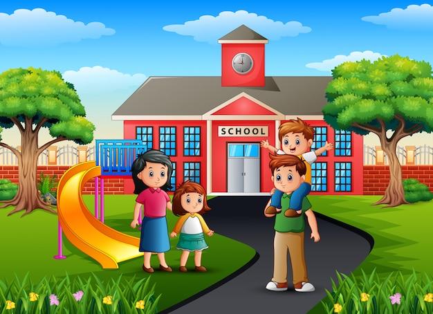 校舎の前で幸せな家族