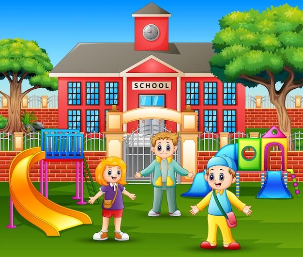 学校の前で遊んでいる幸せな子供たち