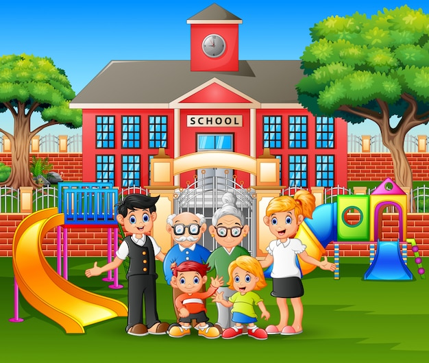 Счастливые члены семьи на детской площадке