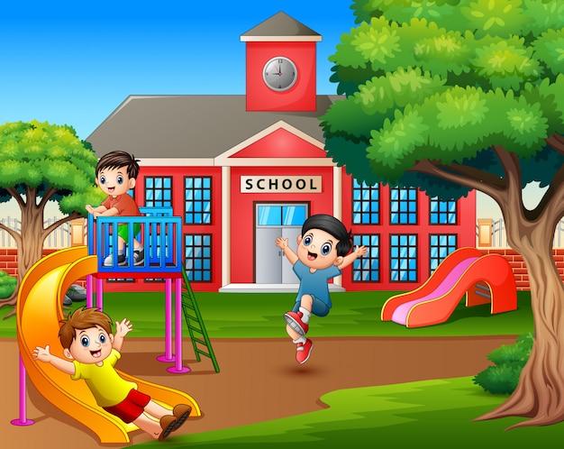 学校の遊び場で遊んで幸せな男の子