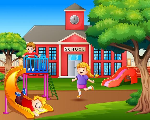 学校の遊び場で遊ぶ漫画の子供たち