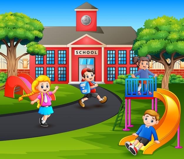 Счастливые дети играют на детской площадке после школы