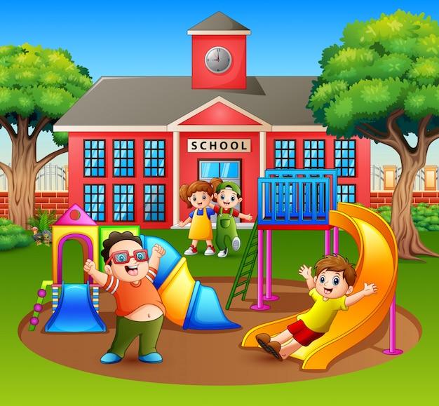 Счастливые возбужденные дети веселятся вместе на детской площадке