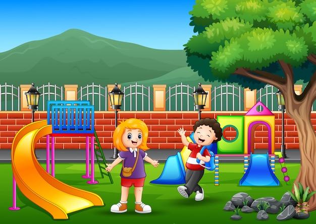 公共の公園で遊んでいる幸せな子供たち