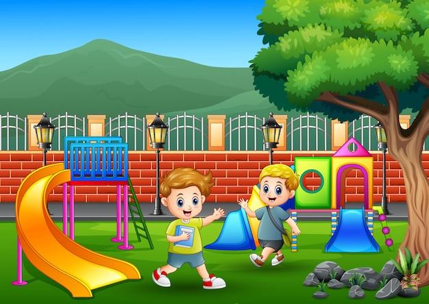 Счастливые мальчики на детской площадке