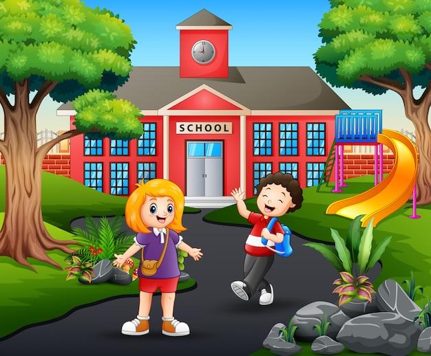 Счастливые студенты идут домой после школы