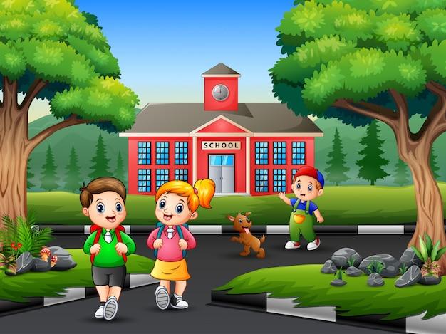 Счастливый студент идет домой после школы