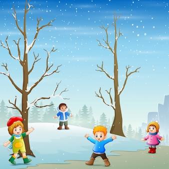 Счастливые дети играют на улице в зимний пейзаж