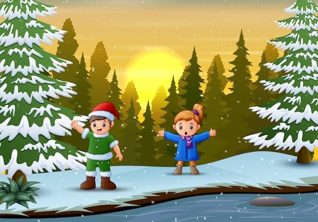Счастливые дети играют зимой