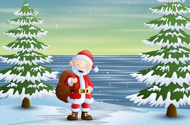 森のプレゼントの袋で立っているサンタクロース