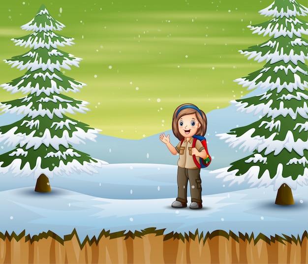 Исследователь девушка с рюкзаком стоял в зимний пейзаж