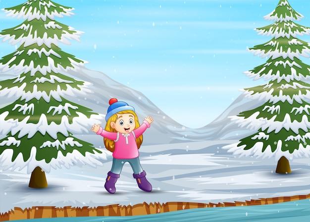 Милая девушка с удовольствием в зимний пейзаж