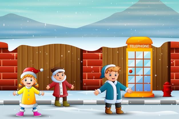 雪に覆われた通りで楽しんでいる子供たち