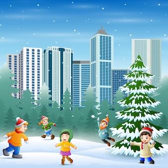 雪に覆われた公園で楽しんでいる漫画の子供たち