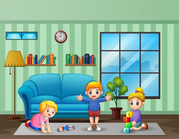 部屋の中でおもちゃを遊んでいる子供たち