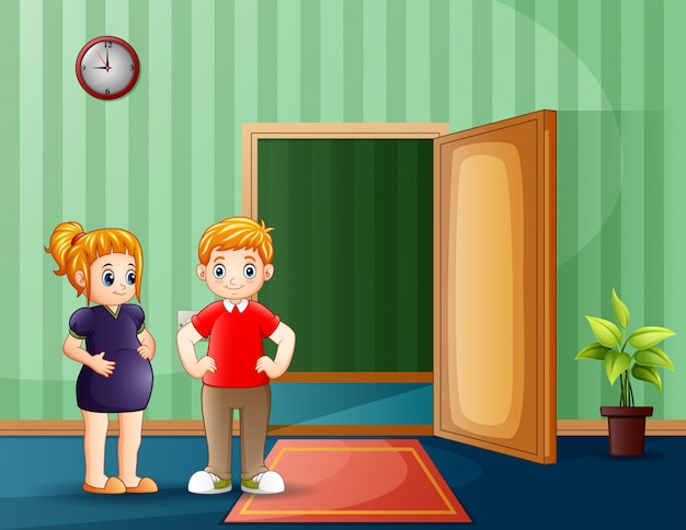 Счастливая беременная пара стоит перед открытой дверью